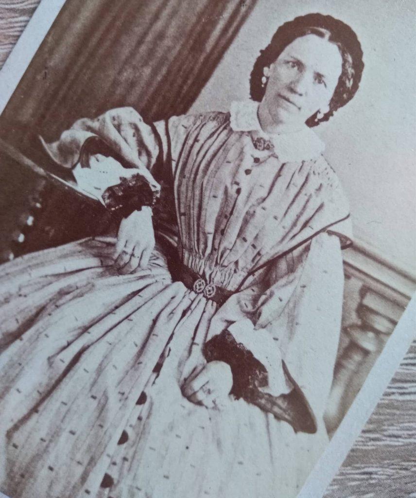 Detale sukni z ok.1860 roku