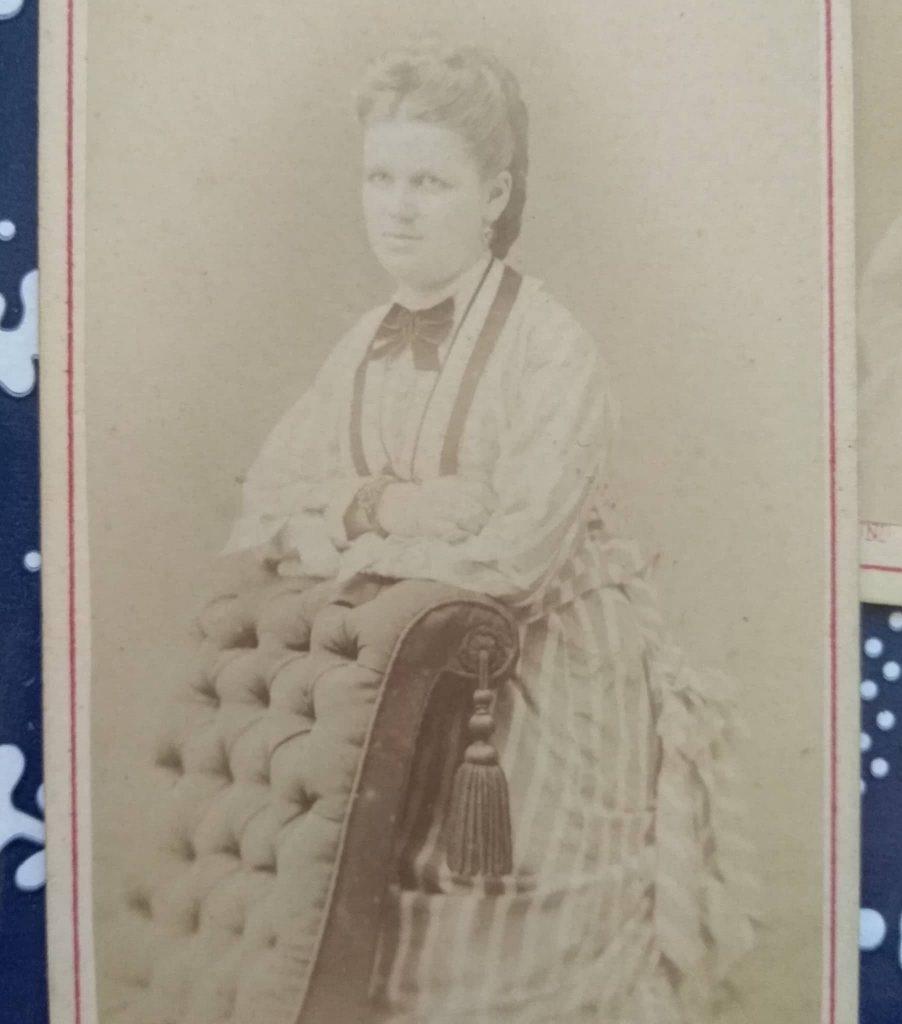 Zdjęcie kobiety w sukni z turniurą