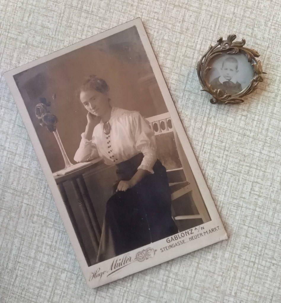 zdjęcie siedzącej kobiety