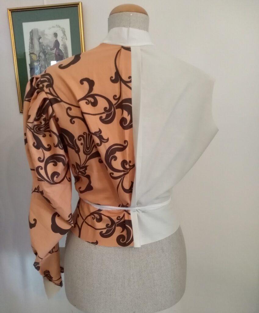 Tył bluzki secesyjnej uszytej z próbnej tkaniny j